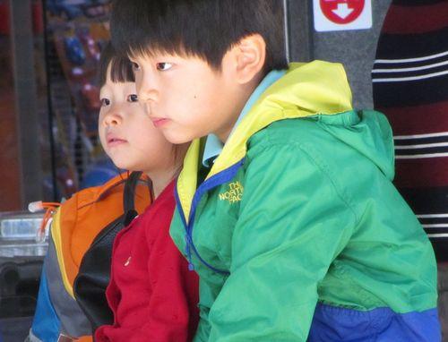 Duo enfants gare Corée par Béatrice Gernot